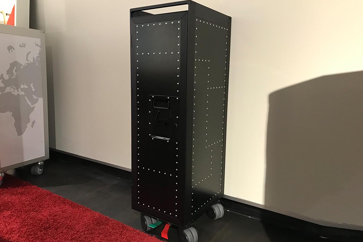 Ausstellungstück im Sale: Flugzeugtrolley Rivet Rocker Black Edition von Bordbar für 1.499 €