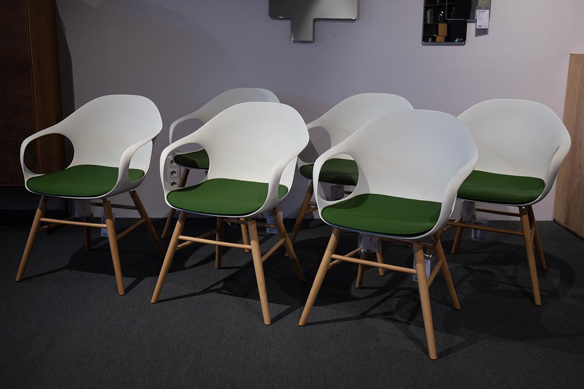 Ausstellungstück im Sale: Stuhlgruppe Elephant mit Kissen von Kristalia für 3.500 €