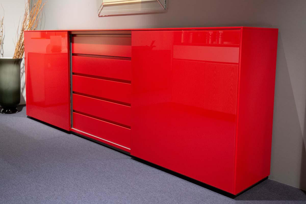 Ausstellungstück im Sale: Sideboard Velare himbeerrot von Cramer Holzmanufaktur für 3.990 €